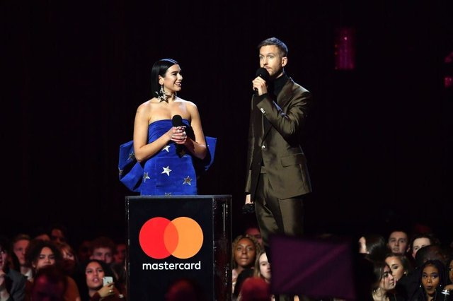 Dua Lipa and Calvin Harris accepting the British Single award during The BRIT Awards 2019 (Photo: Gareth Cattermole/Getty Images)