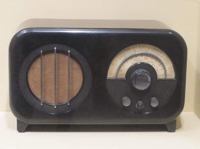 This attractive 1934 AC85 radio is 90 pounds