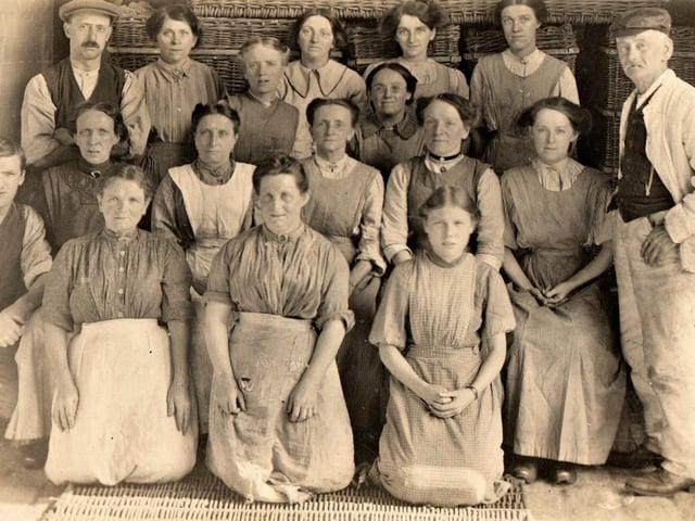 Cotton operatives at Moon's Mill, Higher Walton