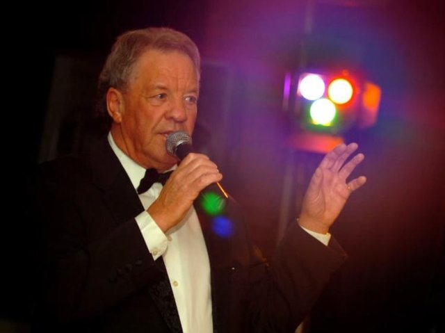 Singer Tony Slater is organising an Abba show to say thanks to NHS staff.